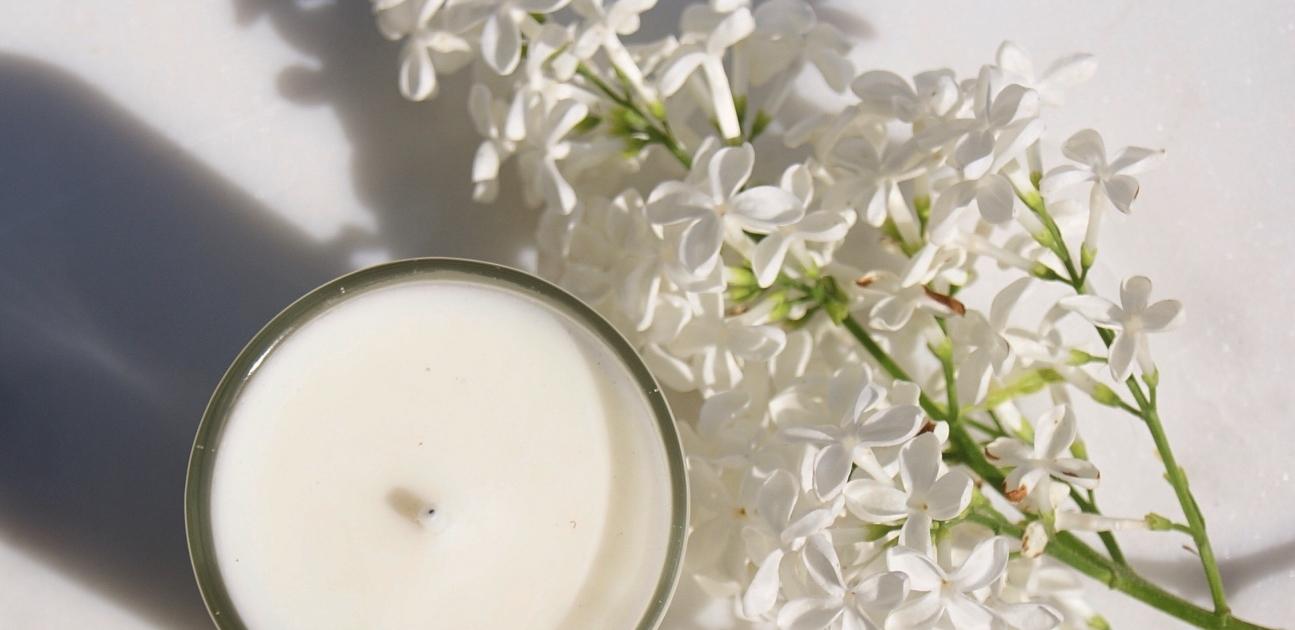 top-candle-white-flowers-homeofjuniper