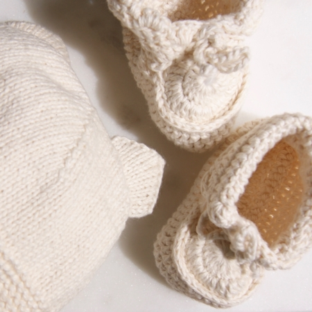 sq-knitted-fairtrade-baby-hat-bootie-set-homeofjuniper