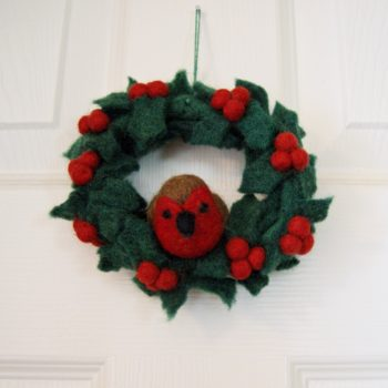 Felt robin on wreath - homeofjuniper-christmas