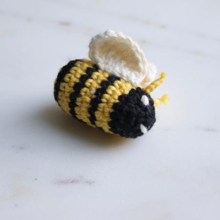 bumblebee-crochet-badge-pin-homeofjuniper