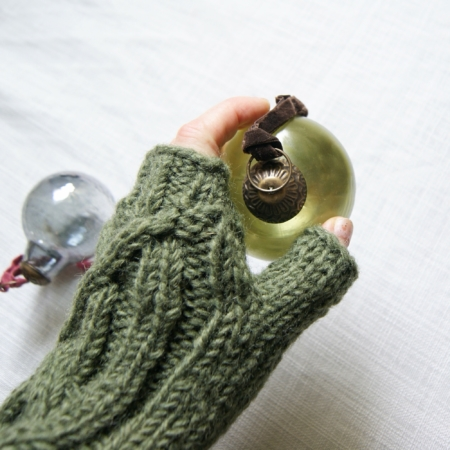 green-mittens-glass-bauble
