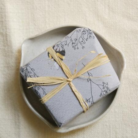 bee-soap-ceramic-aqua-soap-dish-lajuniper