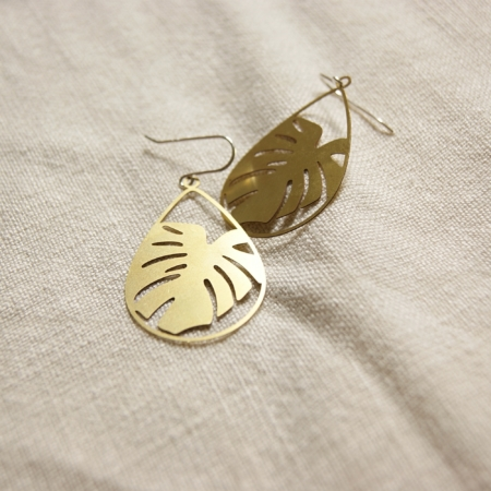 monstera-teardrop-brass-earrings-lajuniper