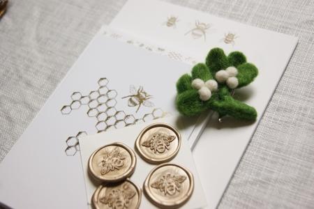 banner-bee-stationery-mistletoe-brooch