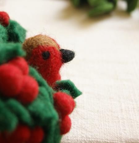 robin-in-a-felt-wreath-fairtrade-lajuniper
