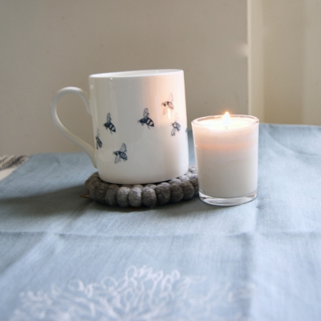bee-mug-candle-grey-wool-coaster